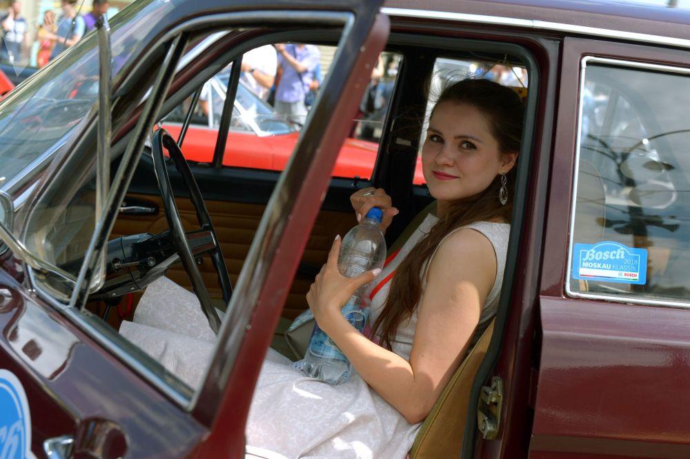 Účastnice shromáždění starých vozů Bosch Moskau Klassik před začátkem v Moskvě.