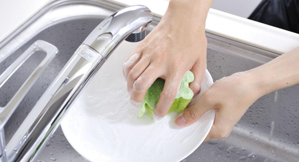 Dívky myje nádobí