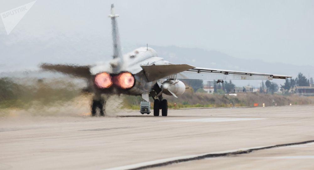 Stíhací bombardér Su-24 na základně Hmímim v Sýrii