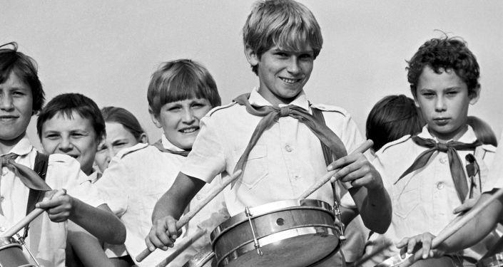 Oddíl bubeníků v pionírském táboře Orljonok