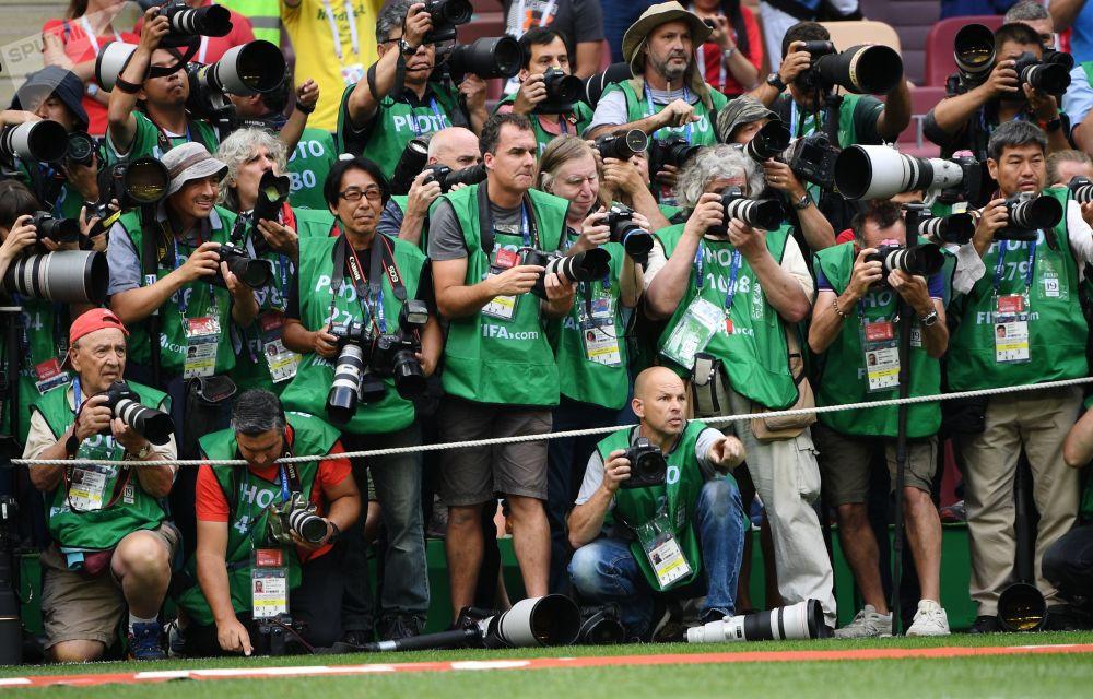 Fotografové na poli před zápasem skupinové fáze Světového poháru FIFA mezi národními týmy Portugalska a Maroka, 2018