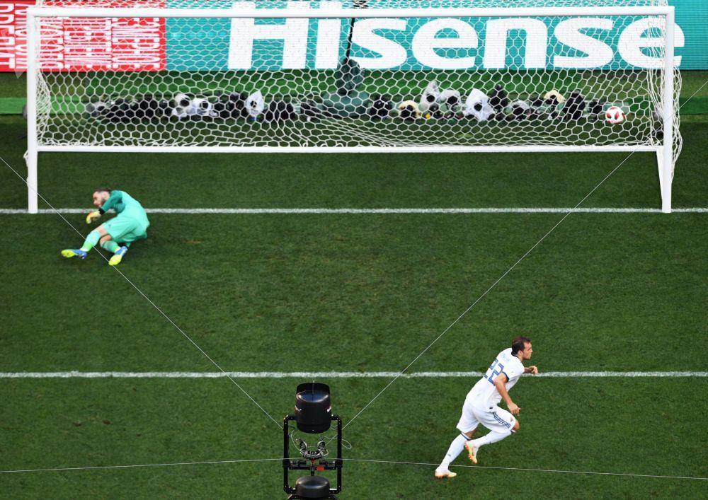 Artem Dzuba zaznamenává gól v utkání 1/8 finále mistrovství světa mezi národními družstvy Španělska a Ruska