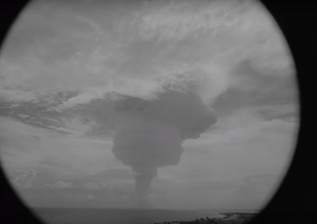 To je ale výbuch! Podívejte se na explozi 10 megatunové jaderné bomby.