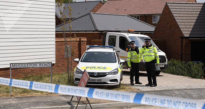 Policie u domy oběti otravy nervově paralytickou látkou v Amesbury