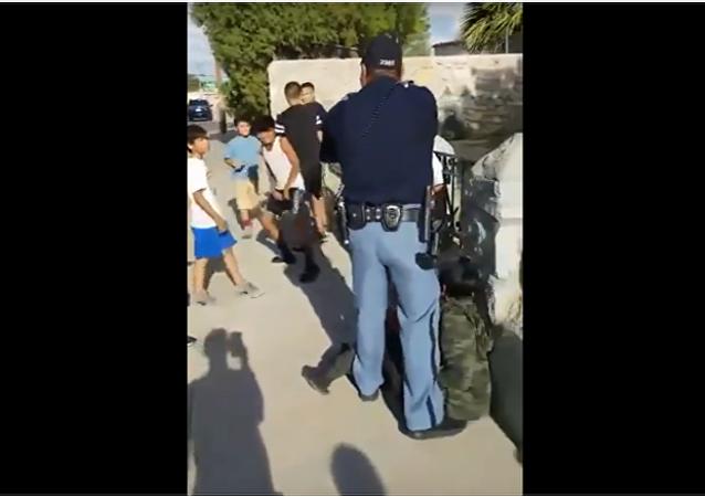 Troufá si na malé chlapce. Policista v Texasu mířil zbraní na děti