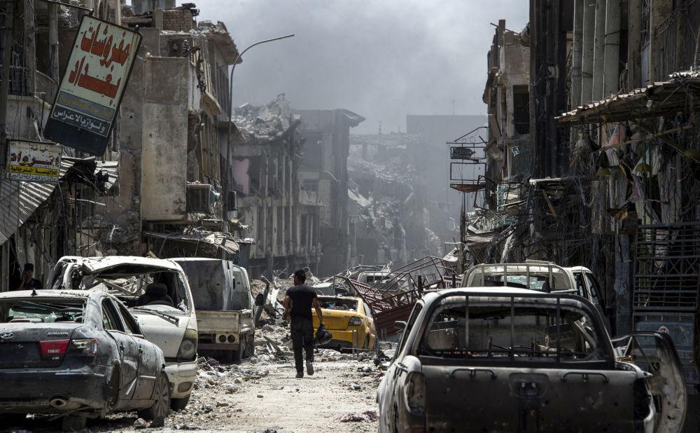 Zničená ulice ve starém městě Mosulu, Irák, červenec 2017