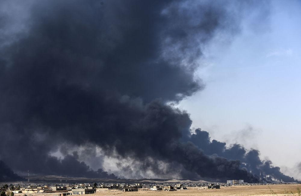 Kouř nad iráckým městem Kayyar během operace osvobozené Mosulu od teroristů IS, říjen 2016