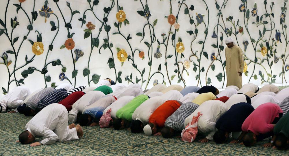 Muslimové se modlí ve Velké mešitě v Abú Dhabí, Spojené arabské emiráty. Ilustrační foto