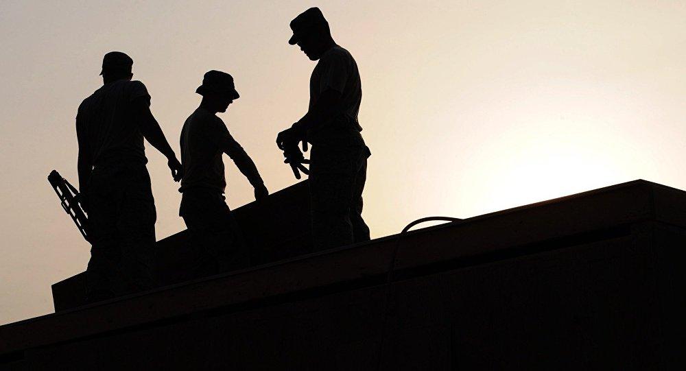 dělníci na střeše