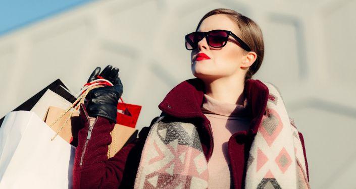 Žena s nákupními taškami
