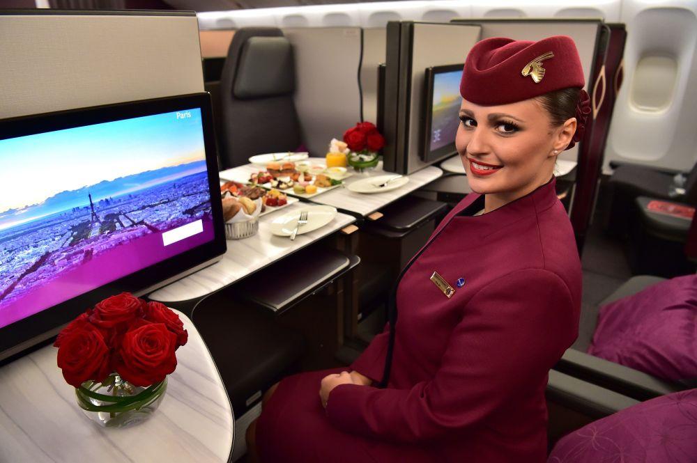 Letuška aerolinek Qatar Airways v obchodní třídě letadla Boeing 777 na mezinárodní letecké přehlídce na pařížském letišti Le Bourget