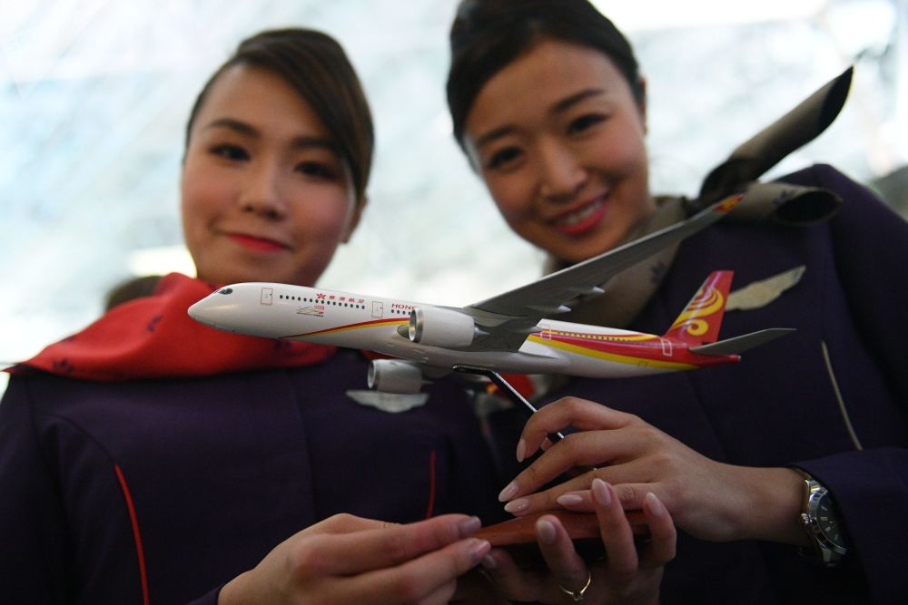 Maketa letadla letecké společnosti Hong Kong Airlines na letišti Vnukovo v Moskvě