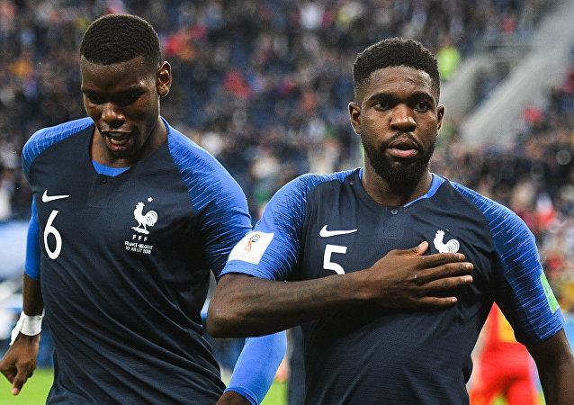 Hráči francouzského mužstva Paul Pogba a Samuel Umtiti