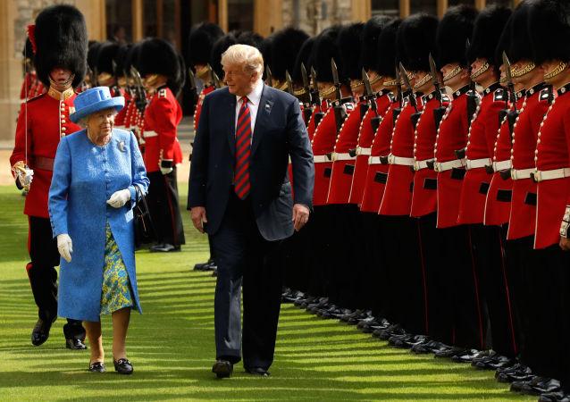 Donald Trump s britskou královnou Alžbětou II. během inspekce čestné stráže