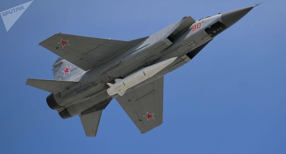 Stíhačka MiG-31 s nadzvukovou raketou Kinžal