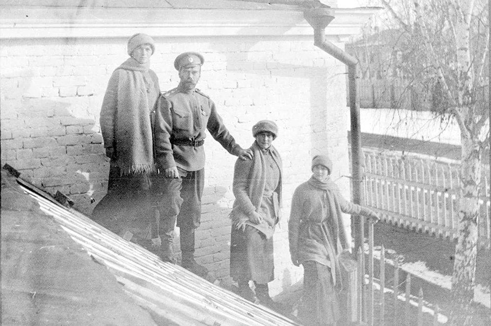 Mikuláš Romanov s dcerami Olgou, Anastázií a Tatjanou v Tobolsku v zimě roku 1917