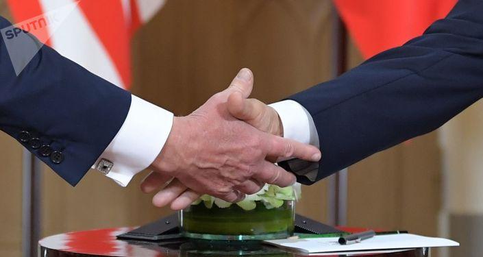 Trump s Putinem si podávají ruce na setkání v Helsinkách