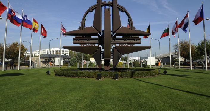 Socha vedle sídla NATO v Bruselu