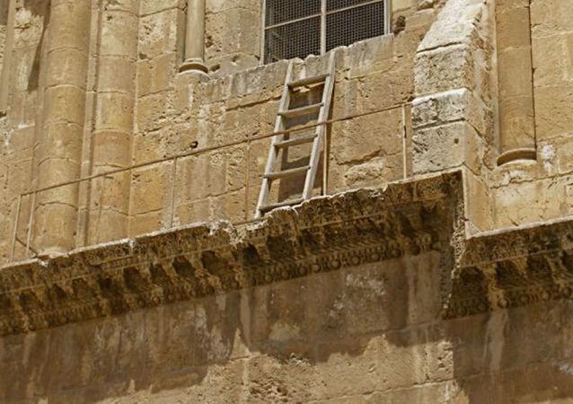 Nepohybný žebřík v Chrámu Božího hrobu v Jeruzalému