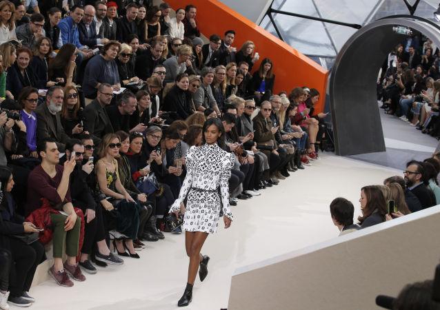 Modelka předvádí kolekci Louis Vuitton na Týdnu módy v Paříži