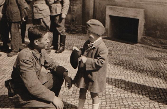 Bratr spisovatele Marka Světlíka mluví s vojákem Rudé armády 9. května 1945