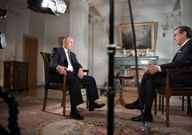 Ruský prezident Vladimir Putin a americký novinář Chris Walles