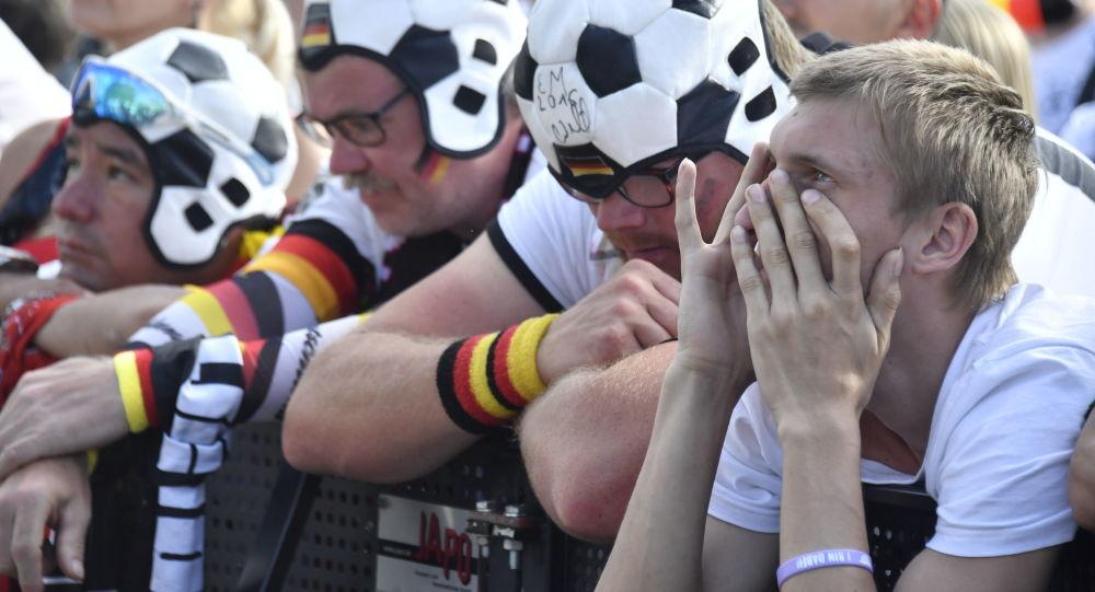 Zničení němečtí fanoušci po prohraném zápasu s Jižní Koreou