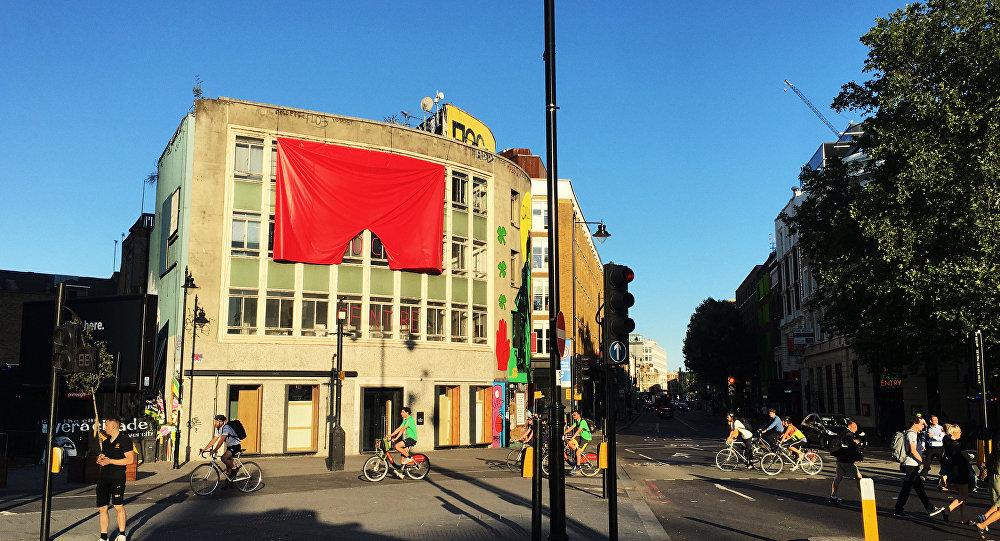 Rudé trenýrky na londýnské galerii
