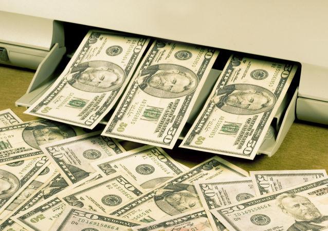 Tisk dolarů. Ilustrační foto