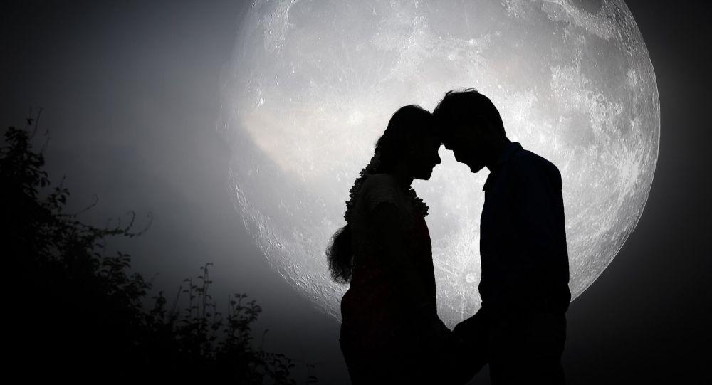 Zamilovaný pár na pozadí Měsíce