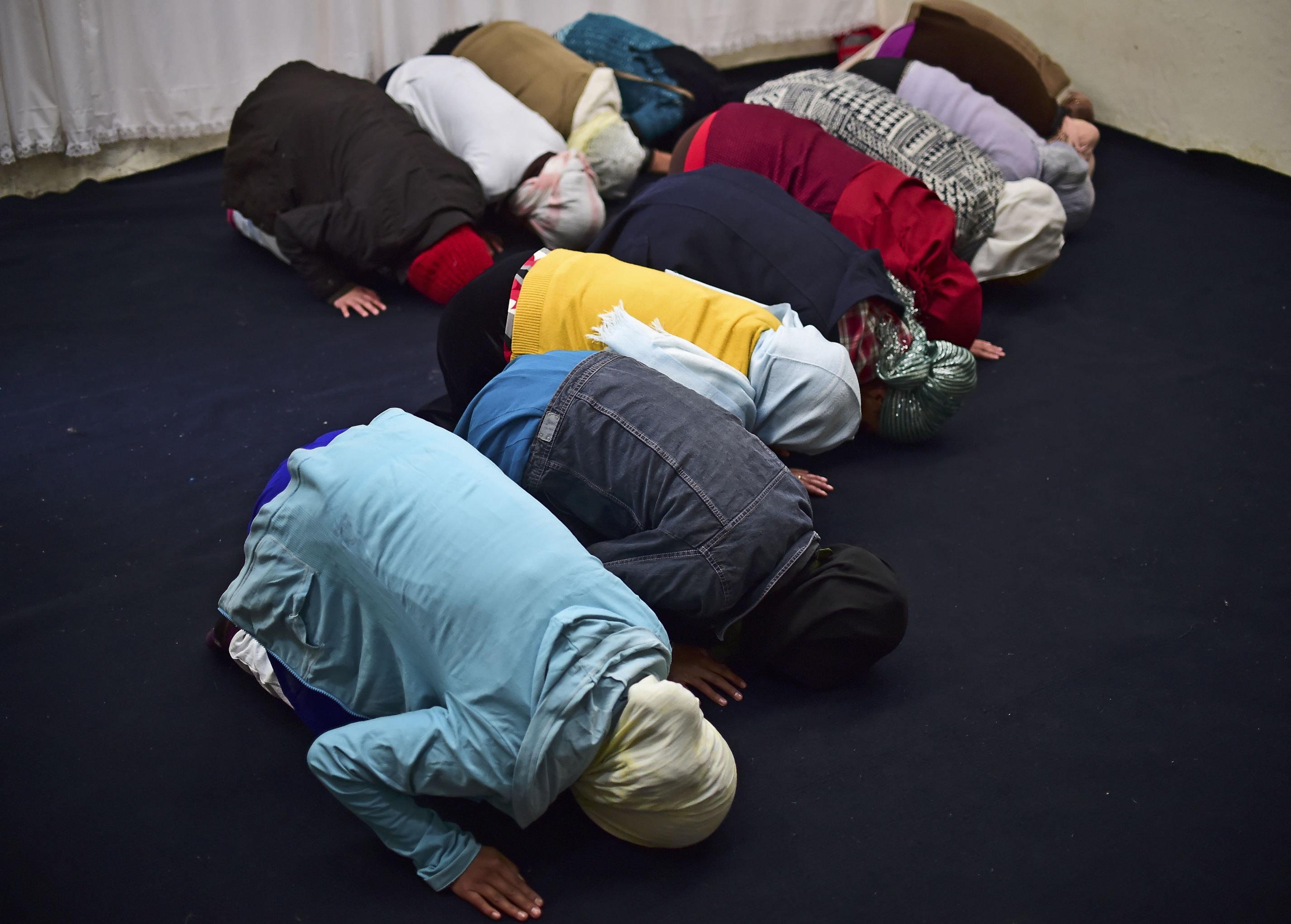 Muslimky během modlitby ve městě San Cristobál