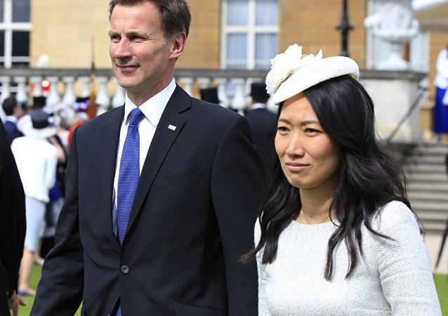 Jeremy Hunt se svou ženou Lucii Guo