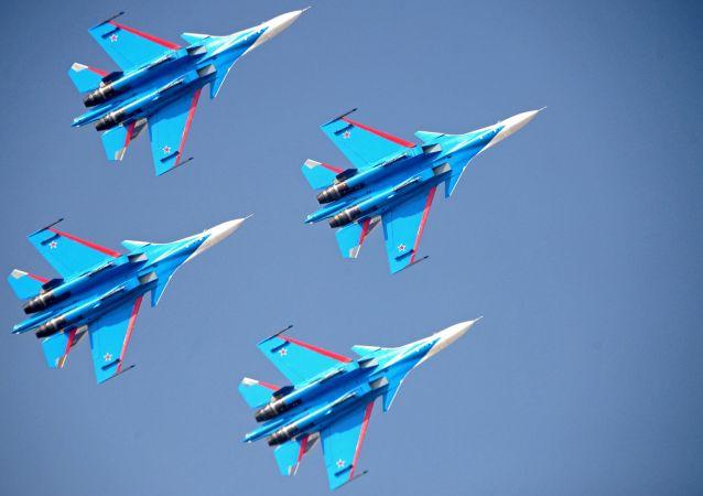 Akrobatická letecká skupina Russkije viťazi na stíhačkách Su-30SM