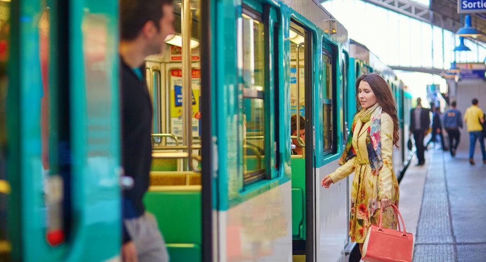 Dívka na pařížském nádraží. Ilustrační foto