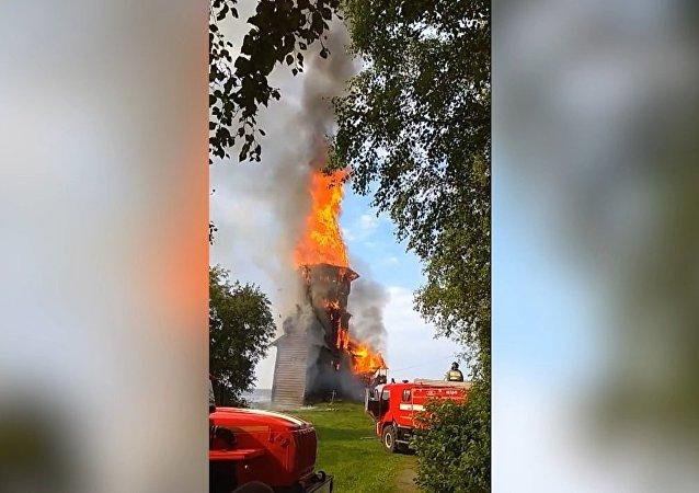 Požár zcela zničil jedinečný kostel na Ruském severu