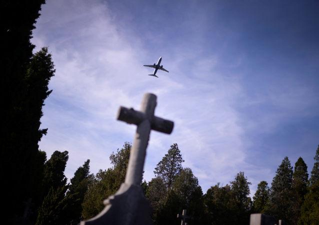 Kříž na hřbitově. Ilustrační foto