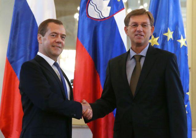 Předseda ruské vlády Dmitrij Medveděv a předseda slovinské vlády Miroslav Cerar