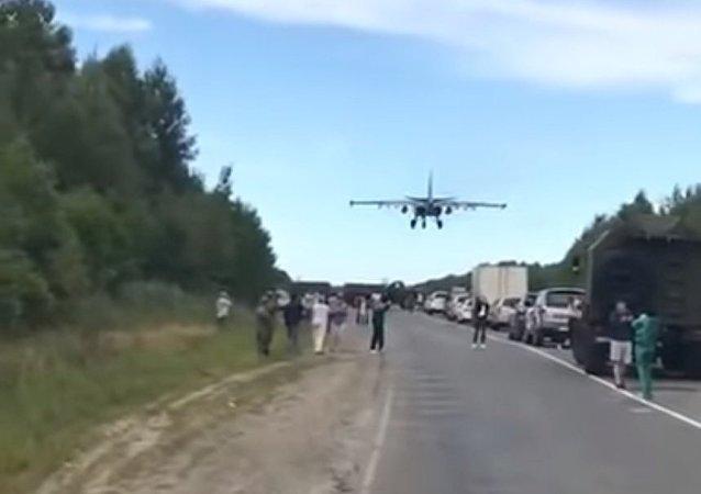 Bylo zveřejněno video zachycující přistání bojových letadel na dálnici