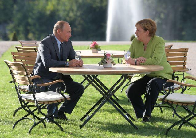 Německá kancléřka Angela Merkelová a ruský prezident Vladimir Putin během schůzky v rezidenci německé vlády Mezenberg. 18. 08. 2018.