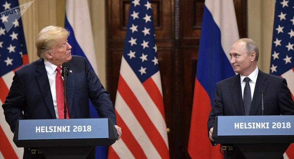 Donald Trump a Vladimir Putin během tiskové konference ve Finsku