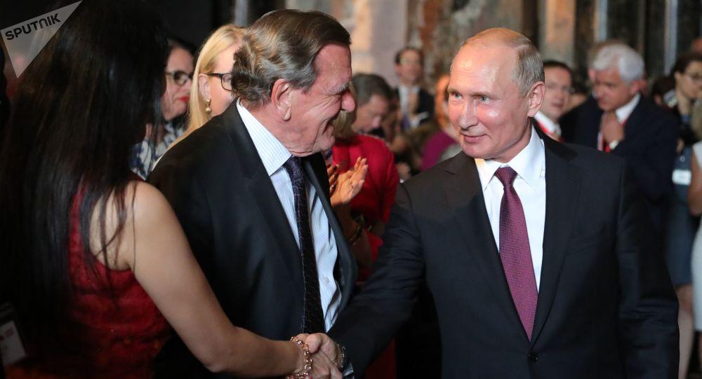 Ruský prezident Vladimir Putin a předseda rady ředitelů Nord Stream 2 AG Gerhard Schröder