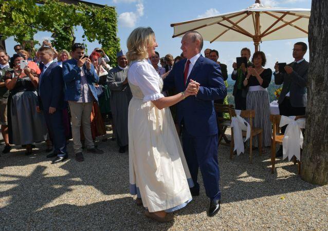 Ruský prezident Vladimir Putin a rakouská ministryně zahraničí Karin Kneisslová