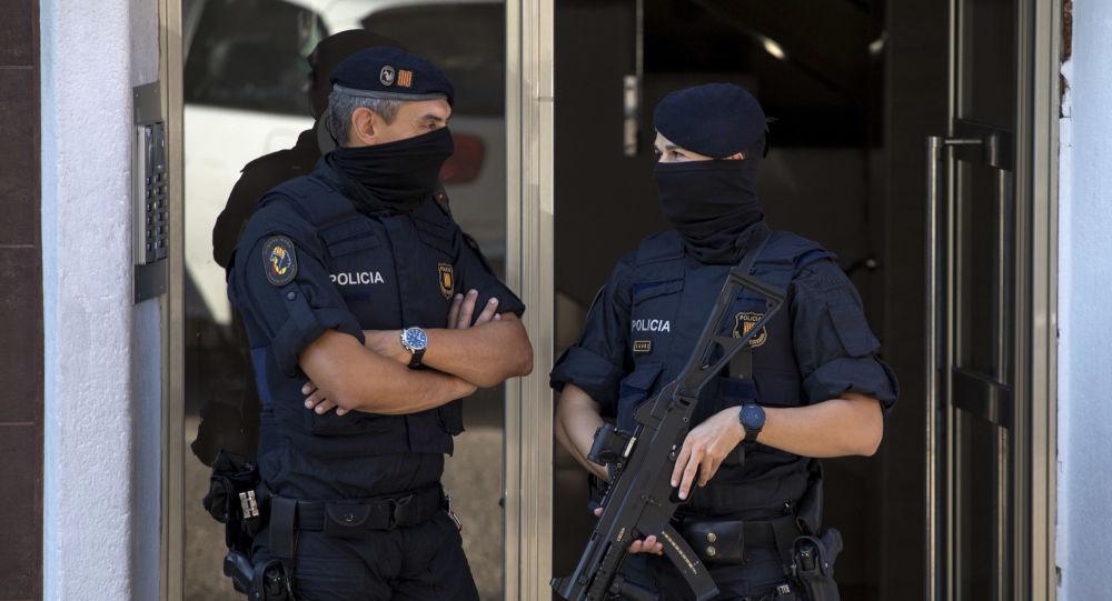 Španělští policisté ve městě Cornellà de Llobregat (ilustrační foto)