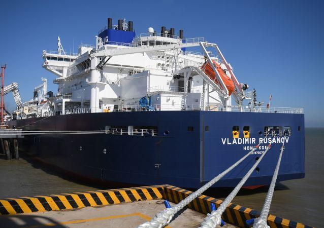 Tanker se zkapalněným plynem z Ruska Vladimir Rusanov. Ilustrační foto