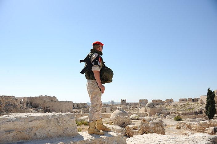 Ruský voják na hlídce v aleppské pevnosti