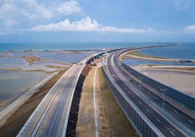 Stavba železnice na Krymském mostu