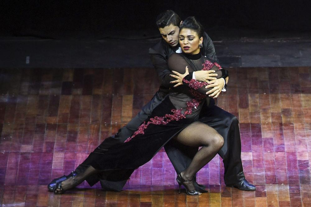 Kolumbijský pár Valentin Arias Delgado a Diana Franco Durango vystupují na světovém mistrovství v tangu v Argentině.