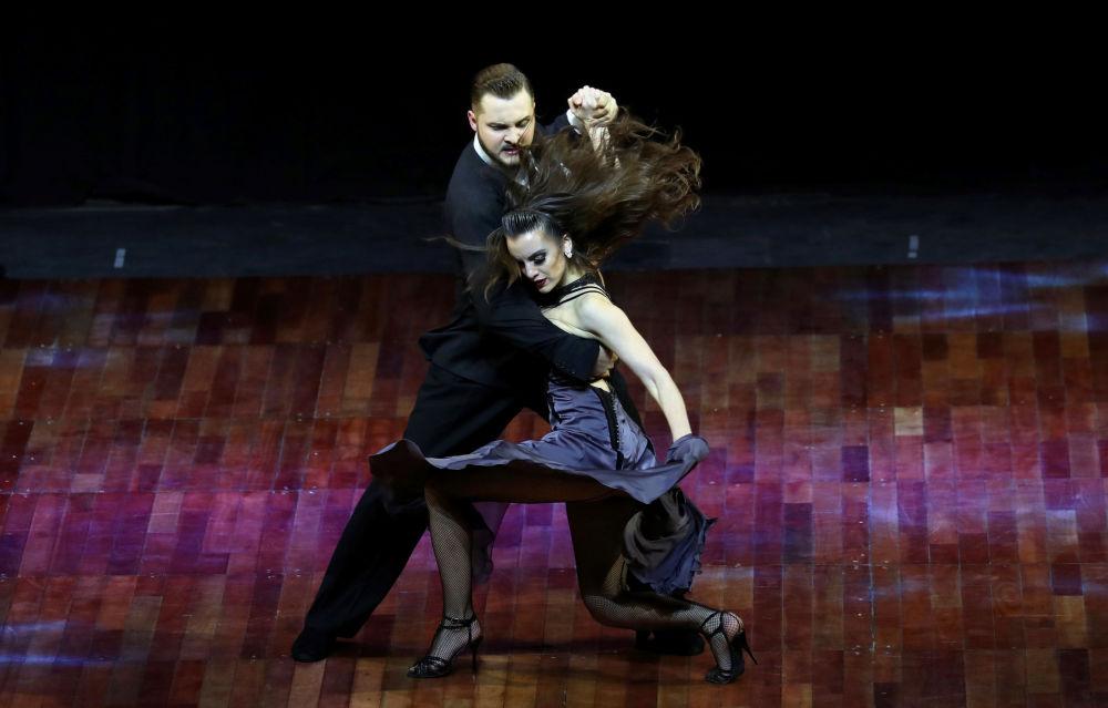 Argentinský pár Manson Gerasimov a Agustina Piaggio vystupují na Mistrovství světa v tangu v Argentině.