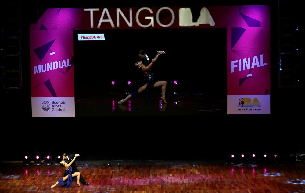 Italský pár Simone Facchini a Giogia Abballe vystupují na Mistrovství světa v tangu v Argentině.