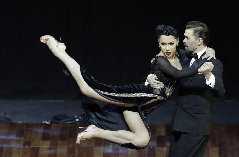 Ruský pár Dmitrij Vasin a Sagdiana Hamzina vystupují na MS v tangu v Argentině.